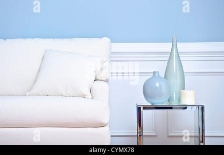 Blick Aus Einem Wohnzimmer Mit Schwerpunkt Auf Einer Weissen Couch Und Beistelltisch Vasen Beschnitten