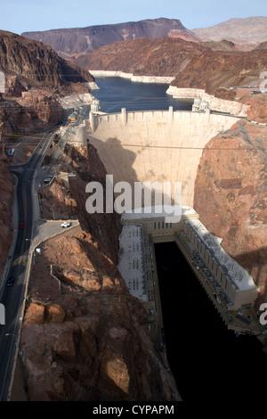 Der Hoover-Staudamm befindet sich im Black Canyon des Colorado River an der Grenze zwischen Arizona und Nevada, - Stockfoto