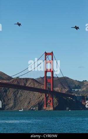 2 Kampfjets Kreis über die Golden Gate Brücke während Flotte Woche Airshow, die am 9. Oktober 2011 in San Francisco, - Stockfoto