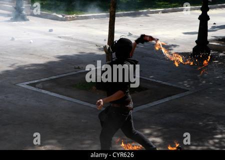 Auseinandersetzungen in der Mitte von Athen während einer Demonstration. Hunderte von Jugendlichen beworfen Bereitschaftspolizei - Stockfoto