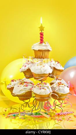 Viele der Cupcakes auf einem Muli-Tier Stand vor gelbem Hintergrund - Stockfoto