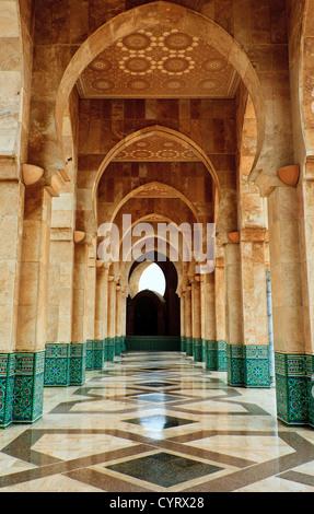 Komplizierte Exterieur Marmor und Mosaik steinernen Torbogen außerhalb der Moschee Hassan II in Casablanca, Marokko. - Stockfoto