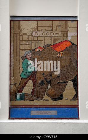 Eines der fünf Elefanten Wandbild (1993) Mosaiktafeln Turton und Robertson am Grosvenor Place South, Cheltenham, - Stockfoto