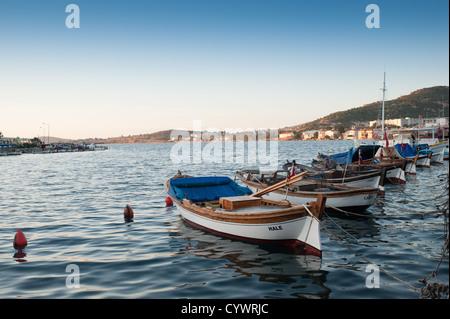 Traditionelle Fischerboote im Hafen von Foca, Türkei. - Stockfoto