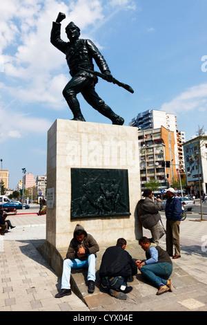Arbeitslose Menschen versammeln sich um den unbekannten Soldaten Denkmal warten auf ein Stellenangebot. Tirana, - Stockfoto