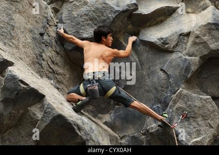 Kletterer auf der Suche nach einem Anschluss vor Ort - Stockfoto