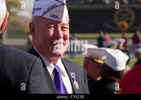 10. November 2012: A US Marine Corps Veteran und Empfänger des Purple Heart, lächelt nach den Veterans Day Feierlichkeiten - Stockfoto