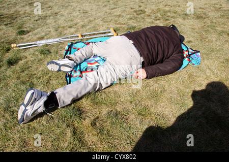 behinderten Mann Männer schlafen auf Decke Rasen Behinderung Krücken Tod sterben medizinische Hilfe beraten Interessenvertretung - Stockfoto