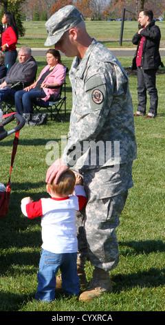 New Jersey Nationalgarde Soldat tröstet seinen Sohn als Vizegouverneur von New Jersey Kim Guadagno; US-Abgeordneter - Stockfoto