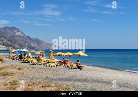 Strand mit Sonnenanbeter in Kardamena, Insel Kos, Griechenland - Stockfoto