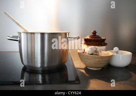 Entwicklung eines Rezepts in einem Topf auf dem Feuer - Stockfoto