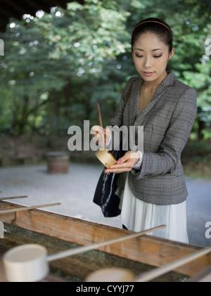 Schöne junge Japanerin Meiji-Jingu Schrein, Tokyo zu besuchen. Bei der Reinigung-Trog (Chōzuya oder Temizuya) - Stockfoto