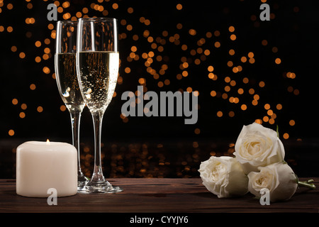 Champagner und weißen Rosen - Stockfoto
