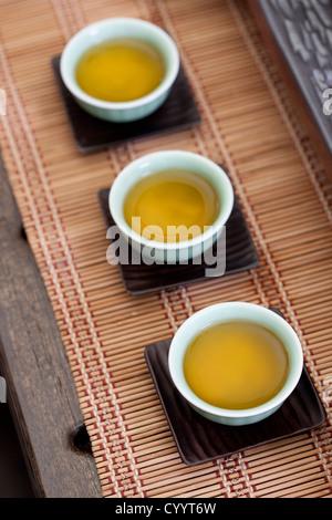 Nahaufnahme von Tee in chinesischer Teetassen - Stockfoto