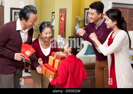 Familie mit Geschenken während Chinese New Year zu besuchen ...