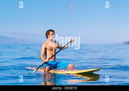 Hawaii, Maui, Kihei, junge Mann Stand Up Paddling im Ozean an sonnigen Tag. - Stockfoto