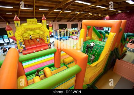 Aufblasbare Strukturen (Hüpfburg Typ) für Kinder in einem indoor Kirmes. - Stockfoto