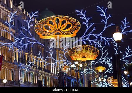 London, UK. 13. November. Regent Street Christmas Lights mit dem Thema eingeschaltet die zwölf Tage von Weihnachten - Stockfoto