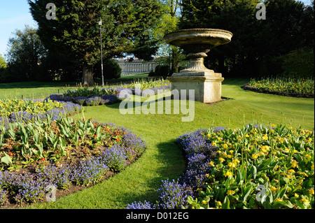 Kunstvolle Blumenbeete in einer Ecke der Victoria Park, Stadt Bath, UK. - Stockfoto
