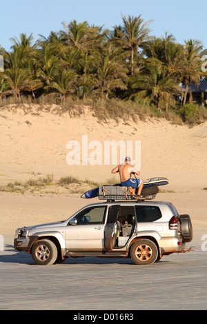 4WD Fahrzeuge am Cable Beach in Broome, Western Australia. - Stockfoto