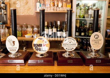 CAMRA; Real Ale Bier pumpe pumpen auf einen Balken im Griffin Inn Pub, Badewanne Somerset England Großbritannien - Stockfoto