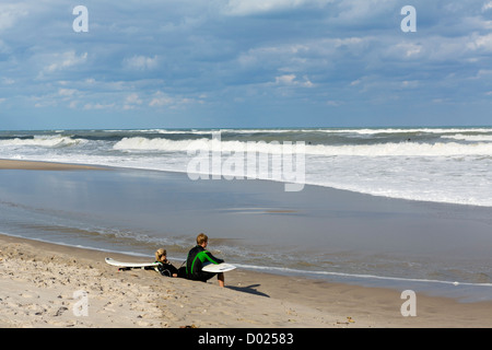Junge Surfer, die Ruhe am Strand in Treasure Coast Jupiter, Palm Beach County, Florida, USA - Stockfoto