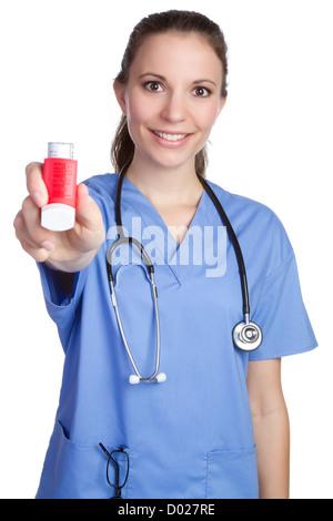 Schöne Krankenschwester mit Asthma-Inhalator - Stockfoto