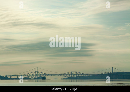 Die Forth Road Bridge, die Forth Rail Bridge und den Firth of Forth aus Schwärze, Lothian - Stockfoto