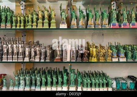 Verschiedene Arten von Kopien der Statue of Liberty in einen Souvenir-Shop in New York - Stockfoto