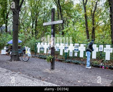 Das große Kreuz erinnert sich Heinz Sokolowski wurde an der Berliner Mauer am Brandenburger Tor geschossen und als - Stockfoto
