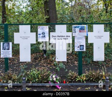 Weiße Kreuze sind eine Gedenkstätte für die Opfer, die versucht, aus der DDR zu fliehen, als die Stadt durch die - Stockfoto