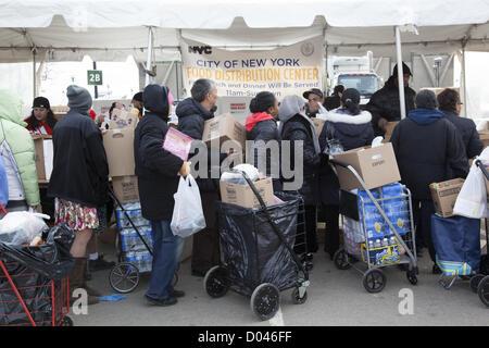 New York, USA. 14. November 2012. Fast drei Wochen nach Hurrikan Sandy geht die Bereinigung und Härte weiter. Umgebung - Stockfoto