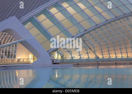 Nahaufnahme der Hemisferic Kino, Stadt der Künste & Wissenschaften, Valencia, in der Nacht. - Stockfoto