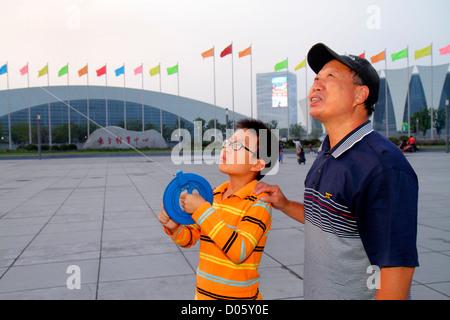Shanghai China Pudong Xin Bezirk Oriental Sports Center asiatischen Mann senior Großvater junge Enkel Lehre lernen - Stockfoto
