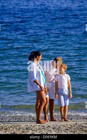 Paar mit schwangeren und jungen am Strand - Stockfoto