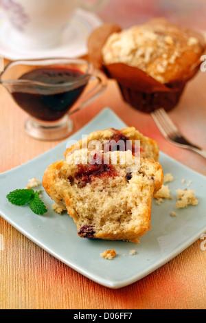 Muffins mit roten Beeren. Rezept zur Verfügung. - Stockfoto