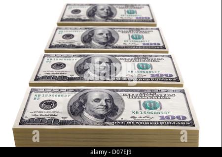 Stapel von hundert-Dollar-Scheine in Zeilen oder Linien auf weißem - Stockfoto