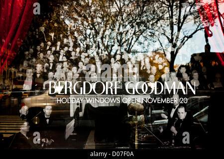 New York, USA. 19. November 2012. Fifth Avenue Kaufhauses Bergdorf Goodman verwendet ein Schaufenster um zu verkünden, - Stockfoto