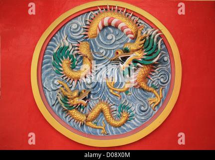 bunte chinesische Drachen an der Wand des Tempels, Thailand - Stockfoto