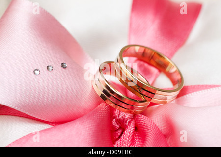 goldene hochzeit ringe auf brautstrau close up stockfoto bild 78937135 alamy. Black Bedroom Furniture Sets. Home Design Ideas