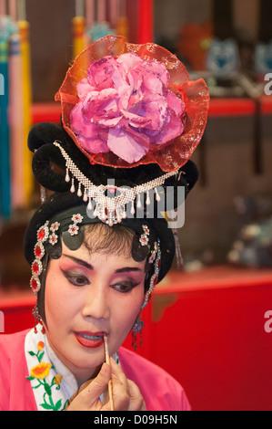 Performer gilt ihr Makup in Umkleidekabine, Sichuan Oper am Shufenyayuan Teehaus, Chengdu, Provinz Sichuan, China - Stockfoto
