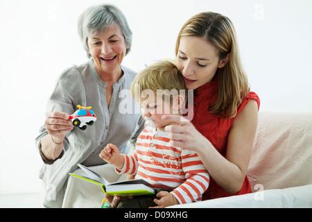 FAMILIE IM HAUS - Stockfoto