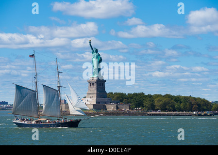 Statue of Liberty und Segel Bootstour nach Liberty Island, New York - Stockfoto