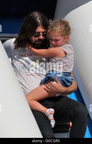 Foo Fighters und Them Crooked Vultures Rocker, Dave Grohl, mit seiner Tochter Violet Maye, spielen auf eine Kinder - Stockfoto