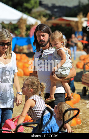 Foo Fighters und Them Crooked Vultures Rocker, Dave Grohl, mit seinen Töchtern Harper Willow und Violet Maye, eine - Stockfoto