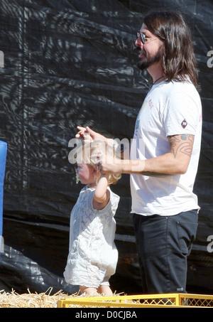 Foo Fighters und Them Crooked Vultures Rocker, Dave Grohl, mit seiner Tochter Harper Willow, genießen einen Familienausflug - Stockfoto