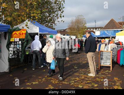 Menschen zu Fuß durch Chichester Markt unter freiem Himmel auf einem Herbsttag Sussex England UK - Stockfoto