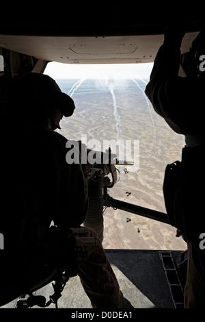 Ein US-Marine Luft Crewman feuert.50 Kaliber Maschinengewehr hinten MV-22 Osprey während Kampfeinsatz in der Provinz - Stockfoto