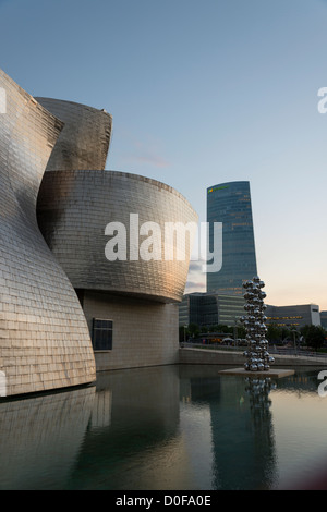 Guggenheim Museum Bilbao (Museum für moderne und zeitgenössische Kunst) von Gehry entworfen - Stockfoto