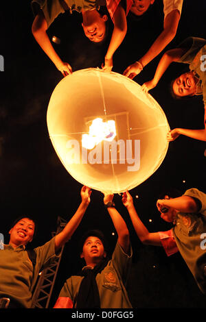 Chiang Mai, Thailand. 24. November 2012. Khom Loy Laternen an der Yee Peng Odds schwimmende Laterne Zeremonie Teil - Stockfoto